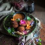 Beet & goat cheese croquettes - a very easy way to add colour and flavour to your table! Roasted Chicken, Baked Chicken, Goats Cheese Starter, Malaysian Chicken Curry, Chicken With Prosciutto, Hunters Chicken, Beet And Goat Cheese, Milk Recipes, Beetroot