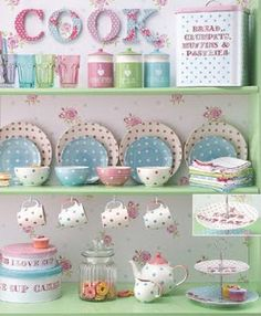 Pastel and dots! Cocina Shabby Chic, Shabby Chic Kitchen, Vintage Kitchen, Kitchen Decor, Kitchen Ideas, Kitchen Jars, Casa Mimosa, Deco Pastel, Pastel Kitchen