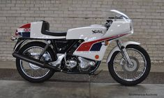 Norton Motorcycle Pictures, eye-popping photos of all these great Classic British Motorcycles through the years. Norton Bike, Norton Cafe Racer, Norton Motorcycle, Motorcycle Images, Motorcycle Shop, British Motorcycles, Vintage Motorcycles, Racing Motorcycles, Vintage Racing