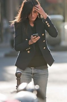 The French Chic Formula for Everyday Style a la Emmanuelle Alt. I'll Have What She's Having: Off-handed, easy, wearable Parisian style. Take inspriation with these styling tips a la Emmanuelle Alt. Style Work, Mode Style, Style Me, Navy Style, Denim Style, Classic Style, Look Blazer, Blazer Jeans, Mode Shoes