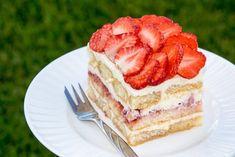 Nepečený piškotový dort s jahodami