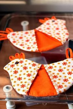 Sewing gifts diy pot holders 17 ideas for 2020 Fabric Crafts, Sewing Crafts, Sewing Projects, Sewing Diy, Sewing Hacks, Sewing Tutorials, Chicken Crafts, Quilted Potholders, Creation Couture