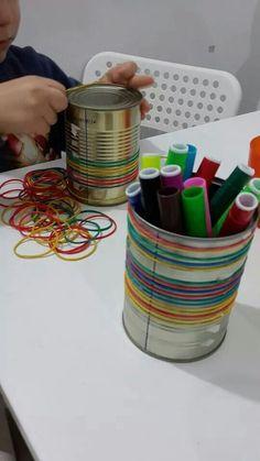 #kids #diy #art קופסאות שימורים וגומיות צבעוניות. דרך מעולה לחזק את האצבעות ואת חגורת הכתפיים.