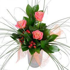 Букет «Маленький» просто дышит изяществом и нежностью! Благородное сочетание 3 коралловых роз, красного хиперрикума и сочной зелени несомненно вызовет восторг.