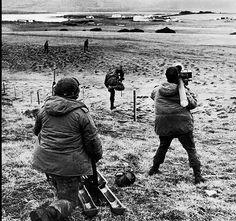 Militares argentinos de la Compañía 601 toman su posición en el estrecho de San Carlos, que separa las dos islas principales de las Malvinas, la Soledad y la Gran Malvina. Mayo de 1982 Military Couples, Military Love, Army Love, Us Army, John Hay, President Roosevelt, Falklands War, Honolulu Hawaii, British Army