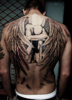 As tatuagens nas costas são comuns em pessoas que não querem enjoar do desenho. Como é um dos maiores espaços do corpo, costumam carregar artes incríveis.