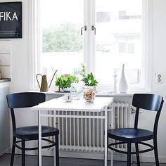 Dining inspiration. Styled by @styledbyemmahos. Picture source stadshem.se #stadshem #hustillsalu #tillsalu #matplats #kök #inredning #inredningsinspiration #interiör #heminteriör #dining #homeinterior #interior #interiordesign #homedeco #homedecor #deco #decor #apartmentforsale #interiør #kitchen