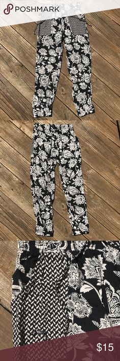 American Eagle Patterned Jogger Pants These joggers are in great condition!! Hardly worn with no flaws. They are super soft and comfy, as well as pretty unique! They have tassels, pockets, and sinch at the heels. Feel free to ask any questions or make an offer! Notice: I reuse boxes to reduce waste♻️! American Eagle Outfitters Pants