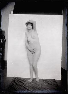 Man Ray (1890 - 1976). Alice Prin, dite Kiki de Montparnasse, 1922. Man Ray, Kiki De Montparnasse, Chaim Soutine, Alice, French Artists, American Artists, Singer, Statue, Portrait