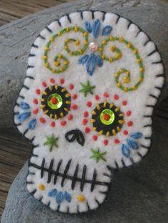 Felt Day of the Dead Embroidered Brooch Felt Diy, Felt Crafts, Felt Christmas Ornaments, Christmas Crafts, Felt Skull, Felt Embroidery, Felt Decorations, Felt Brooch, Wool Applique