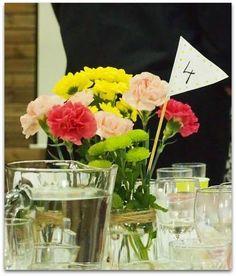 pöytänumero kukkamaljakossa
