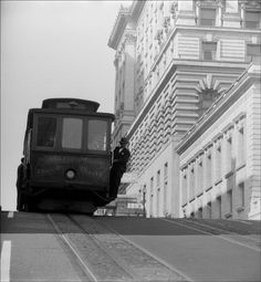 Cable car cliffhanger, San Francisco, 1946, photo by Fred Lyon