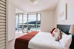 Cairns Harbour Lights is in a perfect location. It is within easy walking distance from the restaurants, shops and bars, and also adjacent to the Esplanade Lagoon and Cairns Marina.