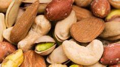 Noix Cajou renferme grand quantité acide gras essentiel, acide folique, stérols végétaux aliments anti déprime, de sélénium et de vitamine B Noisette riches en oligo-éléments essentiels tels que le fer, cuivre, de magnésium et de vitamine E • Les pistaches sont une source inestimable en vitamines A et B en plus de contenir de nombreux minéraux et de protéines ainsi que de l'oméga-6 qui soignent les maladies dermatologiques ainsi que le diabète ou encore l'arthrite