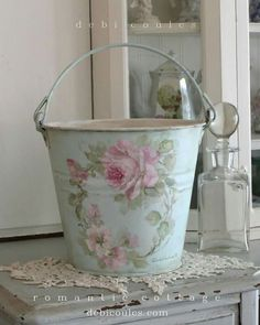 beautiful Shabby chic bucket decorated with pained roses. Can do it with decoupage technique Shabby Chic Style, Blanc Shabby Chic, Shabby Chic Mode, Romantic Shabby Chic, Shabby Vintage, Vintage Decor, Vintage Style, Vintage Rosen, Vintage Mason Jars
