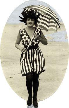 Dame in gestreept bad kostuum/badpak/strandjurk met zonnehoed. Tegen de zon draagt zij een bijpassende gestreepte parasol. Badnummer Het Leven 1922.