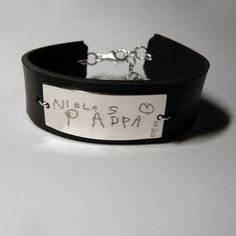 Egen handstilsgravyr! www.alskadebarn.se Skriv en papperslapp, så graverar vi den! #Gravyr #handstil #namnsmycke #namnarmband #silver #läder #gravyrsmycke