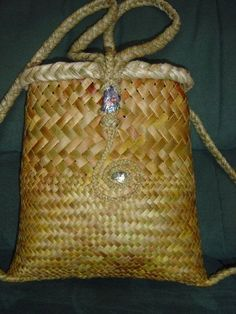 Backpack with half fine weave and koru design. Flax Weaving, Willow Weaving, Weaving Art, Weaving Patterns, Basket Weaving, Woven Baskets, Decorative Baskets, Woven Bags, Sisal