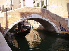 Vamos descobrir a história das gôndolas venezianas? #viajarpelahistoria  http://www.viajarpelahistoria.com/gondolas-veneza/