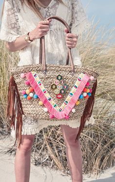 Basket Decorated With Beads, Fringing And A Pink Stripe - Iris Pink Hessian Bags, Jute Bags, Diy Sac Pochette, Crochet Shoulder Bags, Diy Tote Bag, Ibiza Fashion, Boho Bags, Basket Bag, Fabric Bags