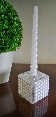 Castiçal feito de vidro reciclado decorado com perolas.