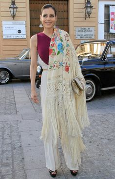 I like this way of styling a mantón de Manila, draped over one shoulder only. Queen Dress, Classic Wardrobe, Dress Codes, Boho Dress, Spring Fashion, Nice Dresses, Womens Fashion, Fashion Trends, Kimono Top