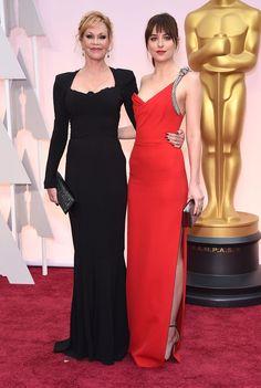 Le tapis rouge des Oscars 2015 - Mélanie Griffith et Dakota Johnson en Saint Laurent.