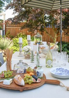 An farmhouse table is set for a simple but elegant summer evening in the garden. Tips on easy summer entertaining with rosé and charcuterie. Outdoor Table Decor, Outdoor Table Settings, Patio Table, Decoration Table, Outdoor Dining, Outdoor Tables, A Table, Summer Table Decorations, White Table Settings