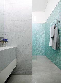 baño-forrado-de-mármol-blanco-y-mosaico-azul
