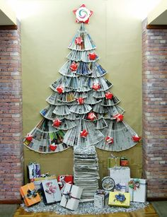 10 rboles de navidad hechos con papel de peridico ideas eco - Library Christmas Decorations