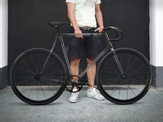 At first glance, the Clarity bike by designaffairs studio looks like a typical fixie or singlespeed road bike. Closer inspection though reveals a transparent. Urban Bike, Urban Cycling, Velo Design, Bicycle Design, Velo Biking, Course Vintage, Bici Fixed, Velo Vintage, Fixed Gear Bike