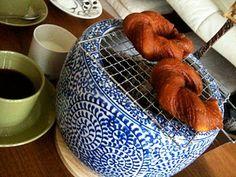 場所をとらない小火鉢・・・小さくて扱いやすい小火鉢なら、リビングはもちろん、朝食や、おやつの食パンもブリオッシュを焼いたり温めたり、食卓でも楽しめます。