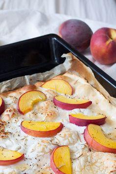 Schneller Flammkuchen mit Pfirsich, Ziegenkäse und Honig. Herzhaft, knusprig und in 20 Minuten auf dem Tisch - kochkarussell.com