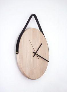 Diy wood wall clock with leather strap / Poppytalk: weekend projects Diy Wall Decor, Diy Home Decor, Minimalist Wall Clocks, Mur Diy, Diy Clock, Clock Ideas, Wall Clock Wood, Diy Wall Clocks, Hanging Clock