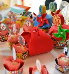 Bolsinhas coloridas de EVA e potinhos de papinhas pirulito