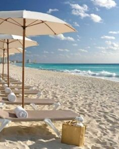 Cancún, en la zona de hoteles, arena blanca, frente al mar.