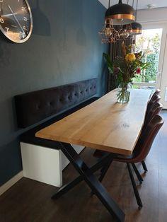 strak hoeft niet kil te zijn. Prachtig gecapitonneerd fluweel aan je eet- of werktafel. Decor, Furniture, Dining, Dining Table, Table, Home Decor, Kitchen
