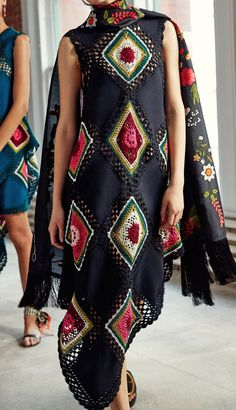 Oscar de la Renta's Spring runway show featured some beautiful flashes of colour, thanks to exquisite pieces like these outfits. Runway Fashion, Boho Fashion, High Fashion, Womens Fashion, Fashion Design, Fashion Trends, Beau Crochet, Mode Crochet, Knitwear Fashion