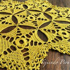 Centro de mesa hecho con hexágonos tejidos a crochet!. El paso a paso está en nuestra web: www.tejiendoperu.com #crochet #crocheting #croché #mesa #mantel