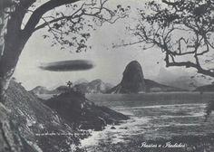 Graf Zeppelin sobrevoando a Baia da Guanabara (Rio de Janeiro/RJ-Brasil)  em 30/05/1930.