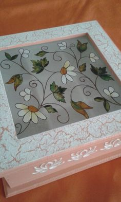 Pintado con lacas vitrales Ceramic Boxes, Wooden Boxes, Hobbies And Crafts, Diy And Crafts, Glass Jewelry Box, Decoupage Art, Tea Box, Painted Boxes, Painting Patterns