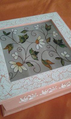 Pintado con lacas vitrales Hobbies And Crafts, Diy And Crafts, Arts And Crafts, Ceramic Boxes, Wooden Boxes, Diy Y Manualidades, Glass Jewelry Box, Decoupage Art, Tea Box