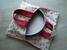 Material: Tecidos Coats Corrente: • Linha Cadena para as costuras cores: 0000B (branco) e 00060 (bege); • 60 cm x 140 cm de manta acrílica; • Lápis; • Tesou