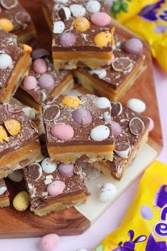 *This post may contain affiliate links. Please see my disclosure for more details!* Easy Mini Egg Millionaires Shortbread, perfect for Easter. Buttery Shortbread dotted with. Mini Egg Recipes, Easter Recipes, Baking Recipes, Baking Ideas, Top Recipes, Veggie Recipes, Holiday Recipes, No Bake Vanilla Cheesecake, Cheesecake Recipes