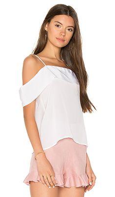 Comprar Karina Grimaldi BLUSA LISA CLEMENTE em Branco at REVOLVE. Devolução e envio de 2 a 3 dias grátis, correspondência de preço de 30 dias garantida