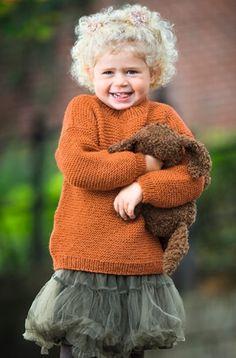 Du kan hurtigt forsyne familiens mindste med nye sweatre efter denne opskrift Knitting For Charity, Knitting For Kids, Knitting For Beginners, Hand Knitting, Kids Knitting Patterns, Baby Patterns, Baby Barn, Sweater Weather, Pull