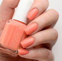 Essie liebt leuchtende Coraltöne und verleiht besonders an heißen Sommertagen den besonderen Frischekick. Mit unserem 'resort fling' läuten wir den Sommer ein.