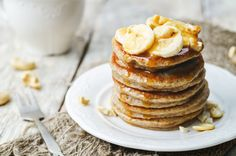 banana cashew pancakes with bananas and salted caramel sauce by Arzamasova. banana cashew pancakes with bananas and salted caramel sauce. Banana Protein Pancakes, Peanut Butter Pancakes, Peanut Butter Banana, Protein Breakfast, Pancakes Végétaliens, Gluten Free Pancakes, Health Pancakes, Pancakes Vegan, Making Pancakes