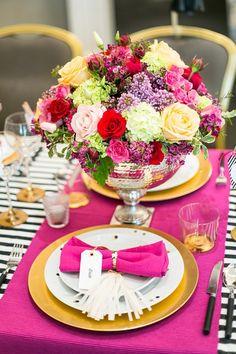 Foto 4 de 5 Detalle decorativo de la mesa con borlas de colores con los nombres de los invitados   HISPABODAS