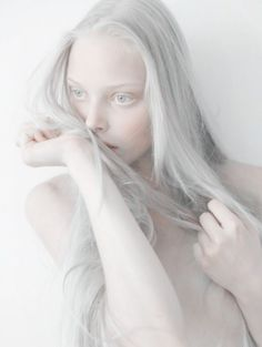 Albinism is a condition some people and animals are born with. This condition is caused by a lack of pigment (colour) in their hair, eyes,… Modelo Albino, Pretty People, Beautiful People, Albino Girl, Albino Model, Photographie Portrait Inspiration, Portraits, Pale Skin, Grunge Hair